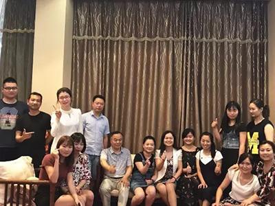 华龙职校大团体在节日前夕举行隆重的聚餐活动