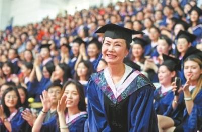 母女同读研妈妈先毕业,大学校长为55岁硕士点赞